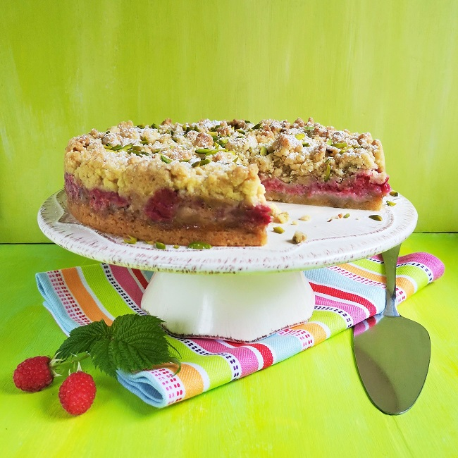 Fresh_raspberry_and_pistachio_nut_cake_with_crumble_top