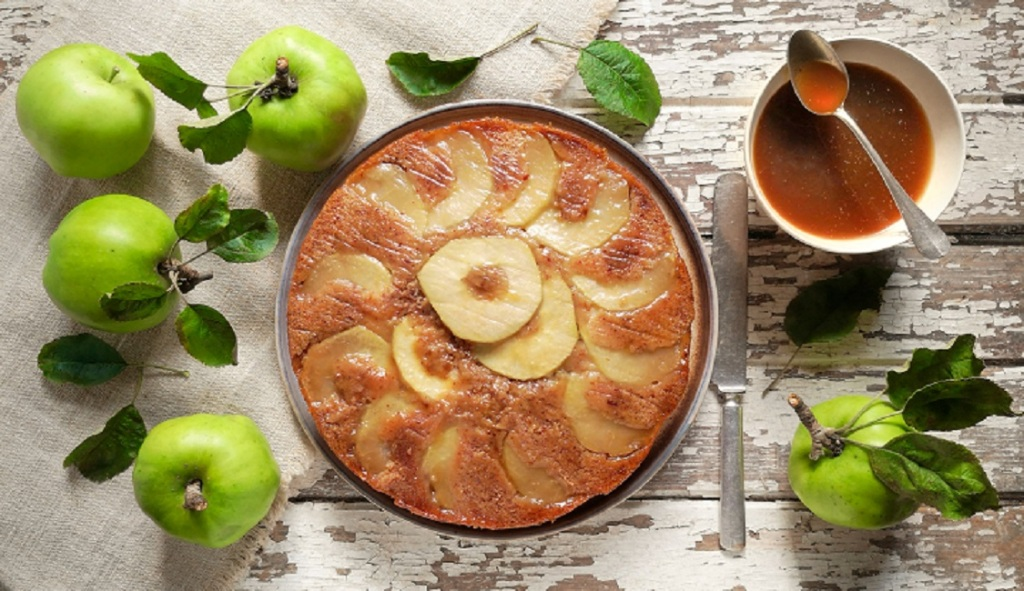Overhead_image_of_toffee_apple_upside_down_cake