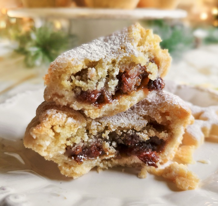 Close-up_of_opened_mince_pie_with_crumbling_topping_and_juicy_fruit_filling