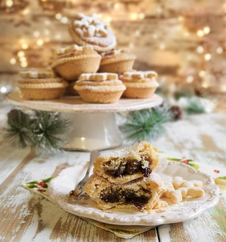 Open_mince_pie_in_front_of_stand_of_freshly_baked_pies