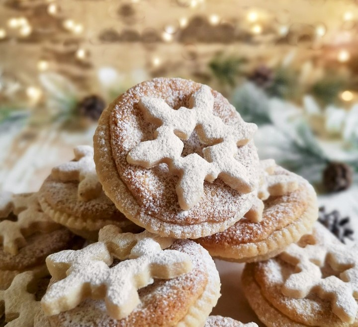 Close-up_image_of_pastry_snowflake_decoration_on_mince_pie