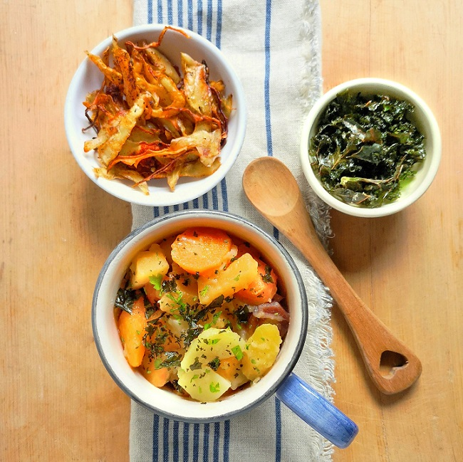 Large_mug_of_root_vegetable_stovies_with_kale_chips_and_crispy_skins_to_sprinkle