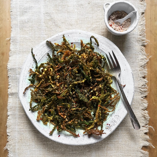 Serving_of_crispy_deep_fried_Savoy_cabbage_with_five_spice_seasoning