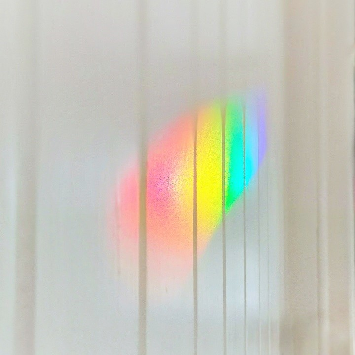 Rainbow_cast_on_indoor_wall