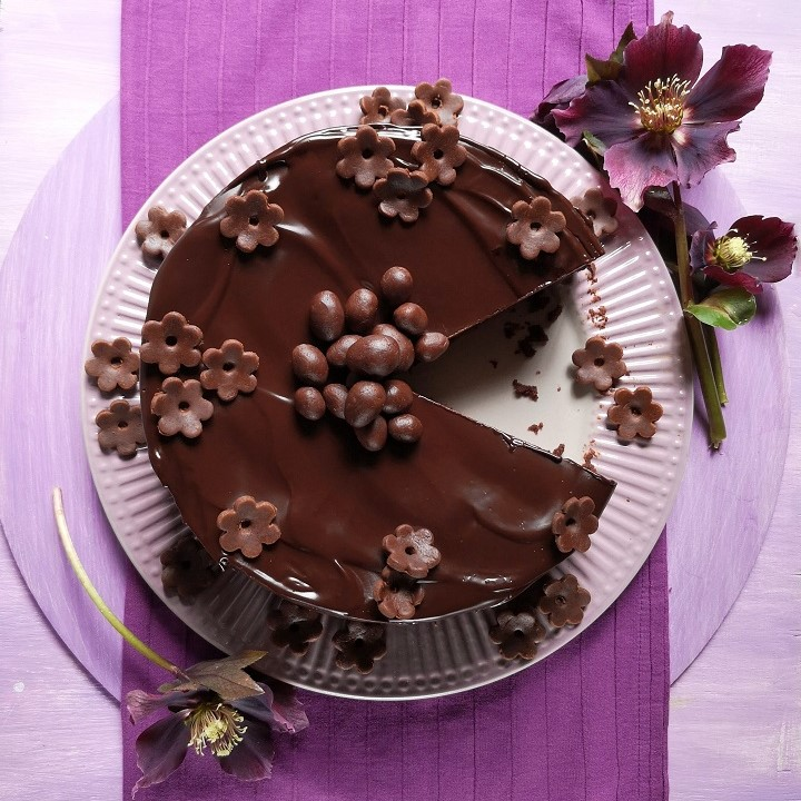 Overhead_image_of_chocolate_Easter_cake