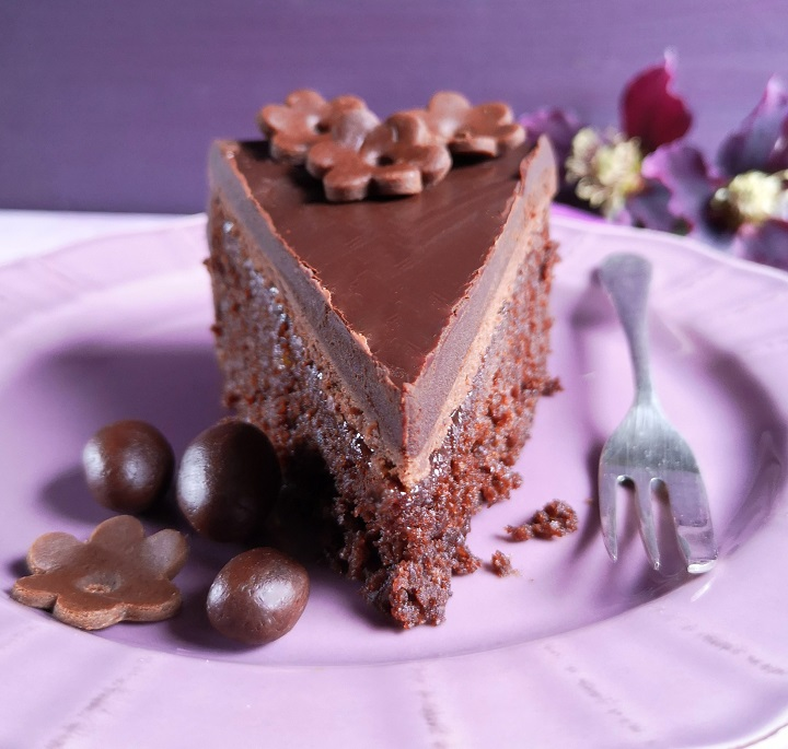 Slice_of_Easter_chocolate_cake_2021
