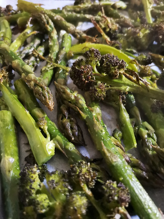 Close-up_on_roasted_British_asparagus_and_purple_sprouting_broccoli