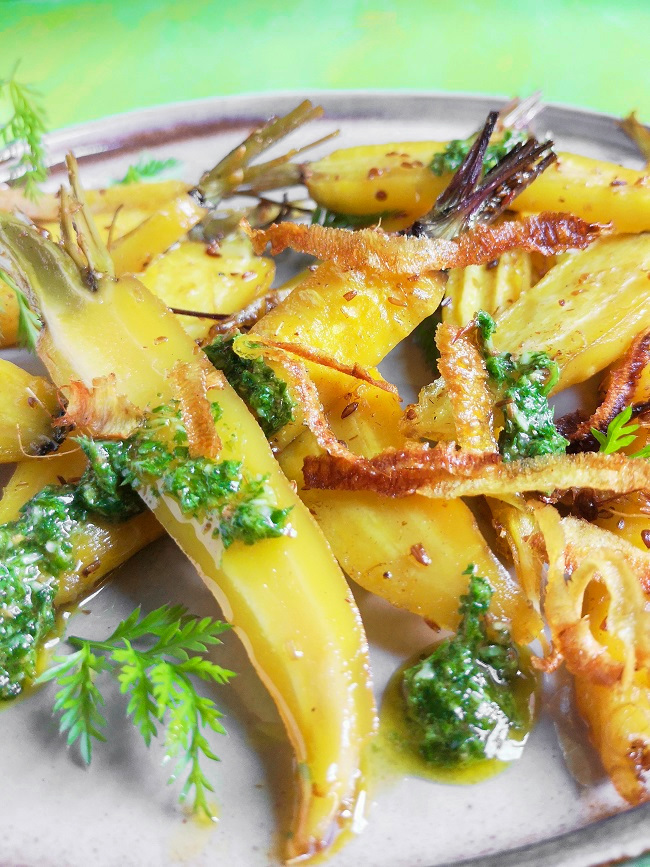 Baked_golden_carrots_with_herby_green_dressing_and_crispy_carrot_skin_sprinkles