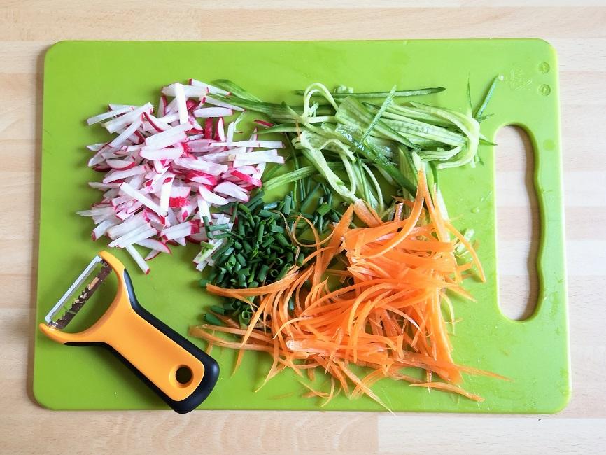 Preparation_of_rainbow_salad