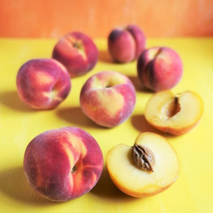 Fresh_peach_still-life
